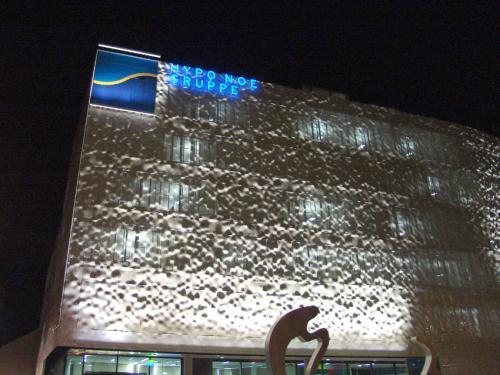 HYPO NOE - Fassadenbeleuchtung (1)